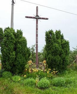 Przydrożny krzyż u zbiegu ulic Wareckiej i Spokojnej. Wola Chynowska, gmina Chynów, powiat grójecki.