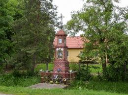 Przydrożna kapliczka przy ulicy Wolskiej. Wola Chynowska, gmina Chynów, powiat grójecki.