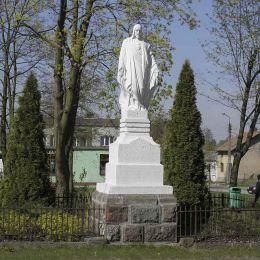 Figura Chrystusa naprzeciwko kościoła parafialnego. Głowaczów, powiat kozienicki.