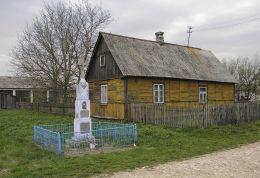 Krzyż przydrożny na skraju wsi. Zbyczyn, gmina Sieciechów, powiat kozienicki.