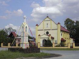 Kapliczka przydrożna przy kościele parafii polskokatolickiej. Studzianki Pancerne, gmina Kozienice, powiat kozienicki.