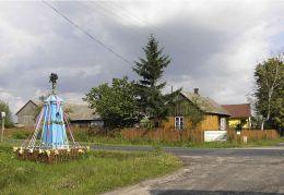 Przydrożna kapliczka stojąca na skrzyżowaniu dróg. Łukawa,gmina Głowaczów, powiat kozienicki.