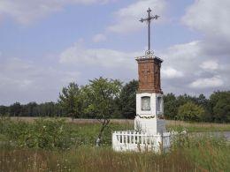 Krzyż przydrożny na skraju wsi. Studnie, gmina Głowaczów, powiat kozienicki.