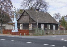 Przydrożny krzyż kamienny. Nowiny, gmina Kozienice, powiat kozienicki.