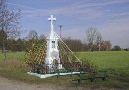 Przydrożna kapliczka w centrum wsi. Lipa, gmina Głowaczów, powiat kozienicki.