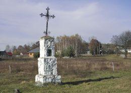 Przydrożna kapliczka przy polnej drodze do Klementynowa. Lipa, gmina Głowaczów, powiat kozienicki.