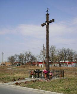 Wysoki przydrożny krzyż drewniany. Kozienice, powiat kozienicki.