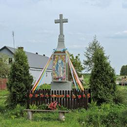 Przydrożny krzyż kamienny. Stanisławów, gmina Głowaczów, powiat kozienicki.