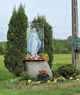 Przydrożna kapliczka oszklona z figurą św. Maryi. Ursynów, gmina Głowaczów, powiat kozienicki.