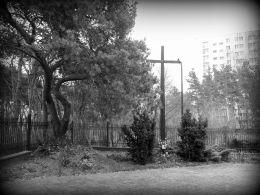 Stary krzyż przy kościele pw. Najświętszego Ciała i Krwi Chrystusa. Legionowo, powiat legionowski.