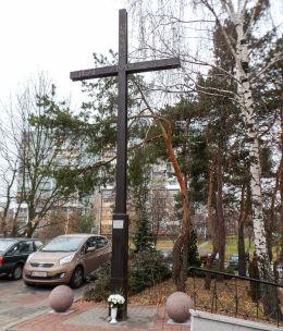 Nowy krzyż przy kościele pw. Najświętszego Ciała i Krwi Chrystusa. Legionowo, powiat legionowski.