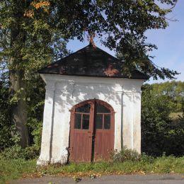 Przydrożna zabytkowa kapliczka przy drodze do Grabowca. Rzeczniów, powiat lipski.