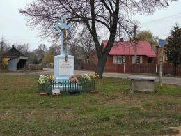 Przydrożny krzyż pamiątkowy. Bielany, gmina Ciepielów, powiat lipski.