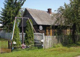 Krzyż przydrożny metalowy. Tymienica Nowa, gmina Chotcza, powiat lipski.