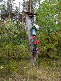 Przydrożna nadrzewna kapliczka w lesie przy ulicy Czerwona Droga Karczew, powiat otwocki.
