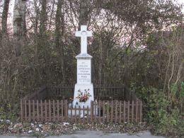 Przydrożny krzyż kamienny. Fundatorzy GR Kępy Nadbrzeskiej 27-05-1957. Kępa Nadbrzeska, gmina Karczew, powiat otwocki.