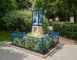 Kapliczka Matki Boskiej przy rondzie na ulicy Bielawskiej. Konstancin-Jeziorna, powiat piaseczyński.