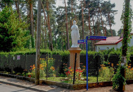 Przydrożna figura Matki Boskiej u zbiegu ulic Chylickiej i Kazimierzowskiej. Konstancin-Jeziorna, powiat piaseczyński.