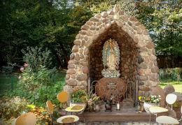Grota Matki Boskiej z Guadalupe w Tworkach. Pruszków, powiat pruszkowski.