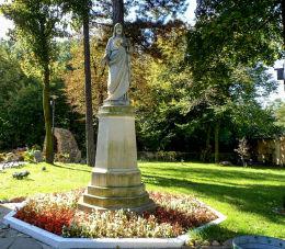 Przydrożna figura Serca Jezusowego w Tworkach. Pruszków, powiat pruszkowski.
