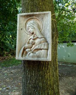 Kapliczka na pniu drzewa w parku w Zespole Szpitalnym w Tworkach. Pruszków, powiat pruszkowski.
