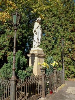 Przydrożna figura Matki Boskiej z 1897 r. w Tworkach przy ulicy Partyzantów 3 Pruszków, powiat pruszkowski.