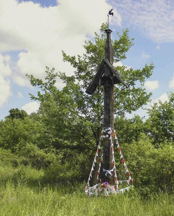 Przydrożny krzyż na terenie dawnej kopalni rudy żelaza z datą 1659-1942. Koryciska, gmina Wieniawa, powiat przysuski.
