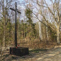 Przydrożny krzyż w miejscu gdzie istniała wieś Gródek, wysiedlona wiosną 1952r w związku z budową poligonu wojskowego. Ufundowany przez byłych mieszkańców w 50-tą rocznicę wysiedlenia. Gróde, powiat przysuski.
