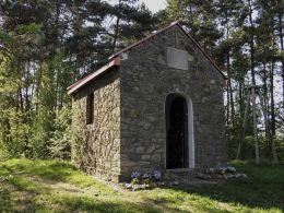 Przydrożna kapliczka wzniesiona z inicjatywy ks. Jana Wiśniewskiego w roku 1933 w 250 rocznicę zwycięstwa pod Wiedniem. Borkowice, powiat przysuski.