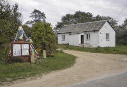 Przydrożna kapliczka stojąca obok wiejskiej świetlicy. Koryciska, gmina Wieniawa, powiat przysuski.