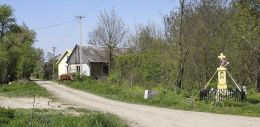 Kamienny krzyż przydrożny z kapliczką. Rdzuchów-Kolonia, gmina Potworów, powiat przysuski.