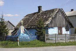 Kamienny krzyż przydrożny z kapliczką. Sady, gmina Potworów, powiat przysuski.