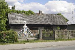 Kamienny krzyż przydrożny z kapliczką. Wysokin, gmina Odrzywół, powiat przysuski.