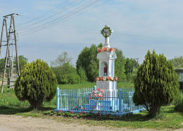 Kamienny krzyż przydrożny z kapliczką z 1929 r. Bieliny, gmina Gielniów, powiat przysuski.