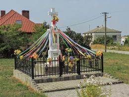 Kamienny krzyż przydrożny z kapliczką z 1936 r. Głuszyna, gmina Klwów, powiat przysuski.