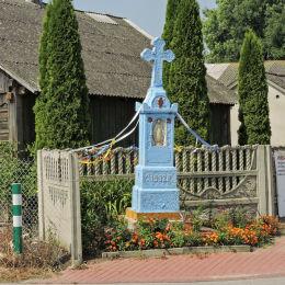 Kamienny krzyż przydrożny z kapliczką z 1932 r. Grabowa, gmina Potworów, powiat przysuski.