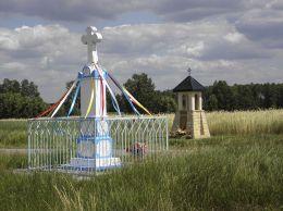 Krzyż i kapliczka przy drodze do Nieznamirowic. Wola Gałecka, gmina Rusinów, powiat przysuski.