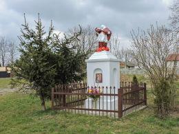 Przydrożna kapliczka z figurą św. Jana Nepomucena. Wieniawa, powiat przysuski.