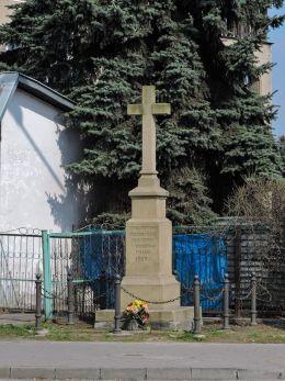 Przydrożny krzyż kamienny z 1908 r. Fundatorowie Franciszek i Katarzyna Frank. Radom, Radom.