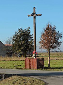 Drewniany krzyż przydrożny. Adolfin, gmina Pionki, powiat radomski.