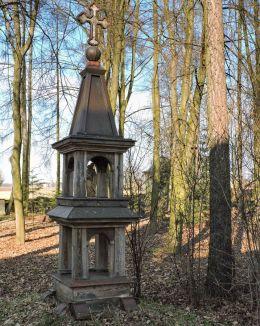 Przydrożna kapliczka drewniana. Bardzice, Gmina Kowala, powiat radomski.