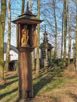 Drewnian kapliczka słupowa z figurą Chrystusa Frasobliwego. Bardzice, Gmina Kowala, powiat radomski.