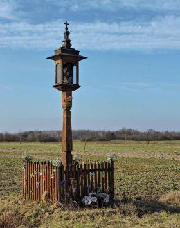 Przydrożna drewniana kapliczka skrzynkowa na słupku. Bukowiec, gmina Kowala, powiat radomski.