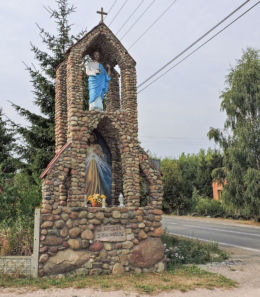 Przydrożna kapliczka przy drodze do kościoła. Dąbrówka Warszawska, gmia Wierzbica, powiat radomski.