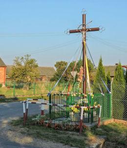 Krzyż przydrożny metalowy z kapliczką. Dąbrówka Zabłotnia, gmina Kowala, powiat radomski.