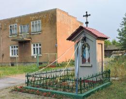 Przydrożna kapliczka przy drodze nr 737. Dawidów, gmina Jedlnia-Letnisko, powiat radomski.