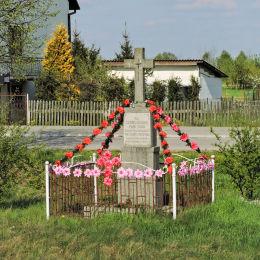 Krzyż przydrożny ufundowany przez mieszkańców Przytyka. Wybudowany w 1949 roku, odnowiony w 1995 r. Przytyk, powiat radomski.