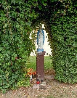 Przydrożna kapliczka przy ulicy Marcinkowskiego przed dawną remizą strażacką. Warszawa, Praga.