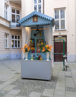 Kapliczka w podwórzu kamienicy przy ulicy Hożej 27. Warszawa.