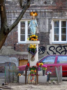 Kapliczka Matki Boskiej z czasów okupacji w podwórzu kamienicy przy Brzeskiej 11. Warszawa.